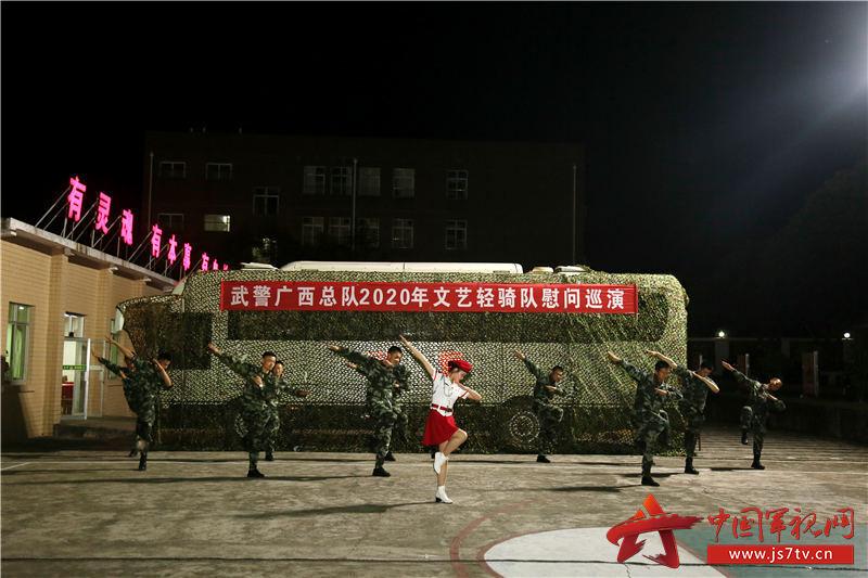 文艺轻骑小分队正在表演歌舞《我要胜利》