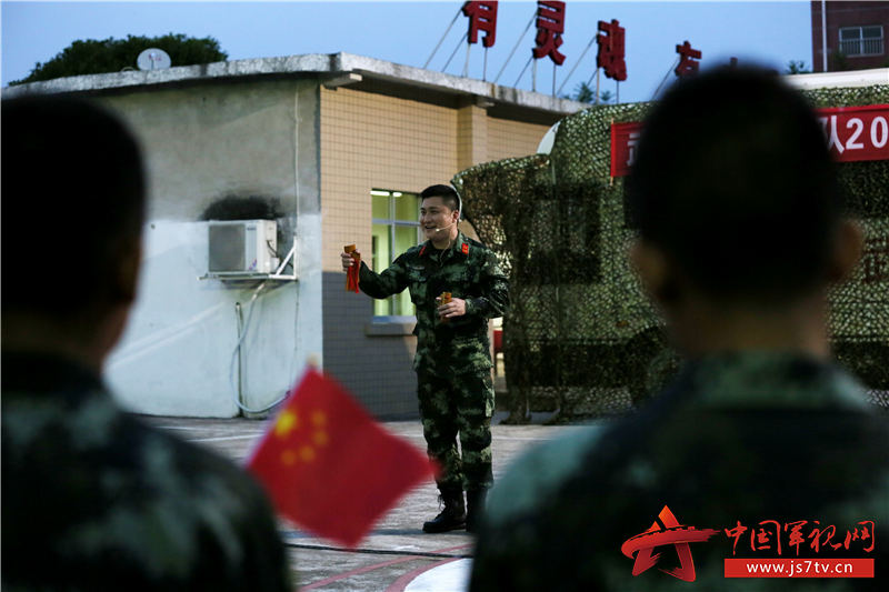 文艺轻骑小分队正在表演快板《军营新歌》