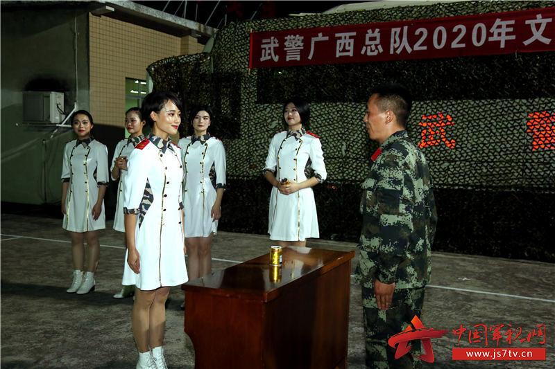 文艺轻骑小分队与基层战士开展互动游戏