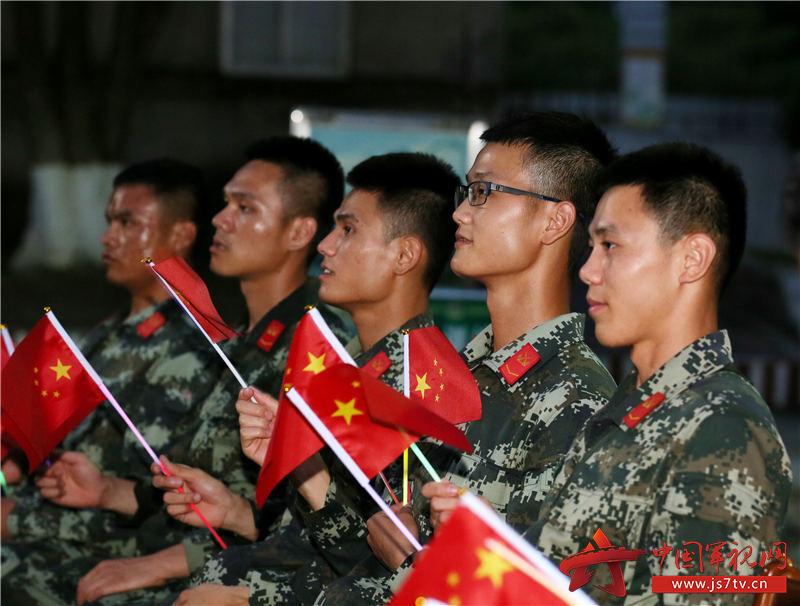 基层官兵正在聚精会神地观看演出