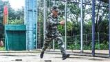 ?  400米障礙是一項高強度、高難度的訓練課目,對官兵速度、力量、協調性都有著較高的要求。入夏以來,高溫酷暑天持續不斷,武警福建總隊機動支隊的官兵們訓練熱情卻絲毫不減。今天,就讓我們一起走進障礙場,點燃夏日的訓練激情吧。圖為三步通過跨樁。