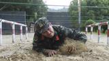匍匐通過低樁網。