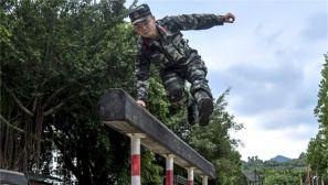 战高温斗酷暑!400米障碍点燃官兵的夏日训练激情