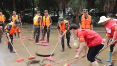 武警柳州支队:强降雨致城市内涝 官兵开展清淤工作