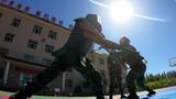 炎炎夏日,练兵正当时。近日,武警新疆总队塔城支队广泛开展夏季大练兵活动,从难从严从实战出发,官兵备战打仗能力进一步提升。图为刺杀对抗
