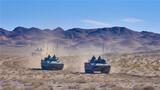近日,陆军第76集团军某旅以使命任务为牵引,将部队拉至戈壁滩上,从难从严组织实战化演练。此次演练围绕作战准备、快速机动、协同配合、火力打击、伪装防护五个训练方向,综合设置实战环境,有效锤炼部队胜战本领。图为装甲分队快速机动。