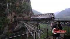 悬崖峭壁上的人字桥 工人肩扛担挑用生命建造