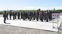 新疆军区某团组织半年军事考核 检验军事训练质效