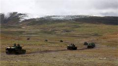 西藏军区某旅利用恶劣天气开展专业训练 锻造过硬战斗力
