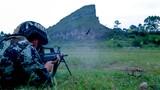 6月12日,武警广西总队贵港支队把官兵拉到驻地陌生复杂地域开展野外驻训。驻训期间,官兵们要完成快速射击、武装泅渡、体能训练等内容,以实战实训的方式锤炼部队作战能力。图为武警官兵进行机枪对集团目标射击。