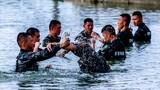 水中擒敵訓練。