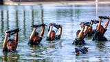 水中進行體能訓練。