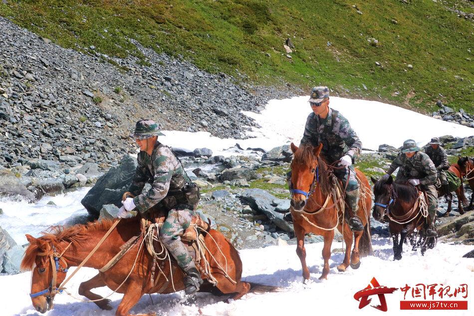 官兵騎馬通過積雪路段 (3)_副本