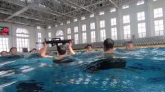 """连续踩水 传递枪支 这样""""疯狂""""的游泳训练竟然只是""""开胃菜"""""""