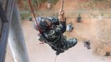 预备特战队员在进行攀登训练