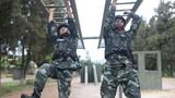 预备特战队员在进行300米障碍训练