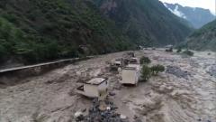 四川甘孜暴雨引發泥石流 武警官兵緊急排險