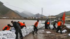 青海玉樹:洪水沖毀堤壩 武警官兵緊急加固