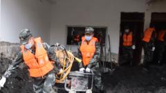 四川:強降雨導致山洪泥石流災害 武警官兵緊急救援