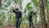 特战队员正在进行山林地搜索训练