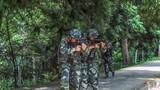 居民地反劫持训练中特战队员向事发地域快速机动