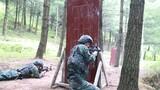 特戰隊員進行山林地搜索射擊