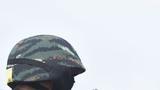"""6月19日,武警安徽总队组织蚌埠片区""""魔鬼周""""极限训练驻训特战分队组织""""神枪手""""竞技考核,要求特战队员在复杂条件下,限时完成多种枪械实弹射击命中目标,全面锤炼特战队员一枪毙敌的本领。图为一名特战队员在对枪械进行安全检查"""