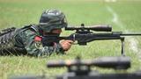 狙击步枪精度射击考核,武警特战队员正在进行瞄准
