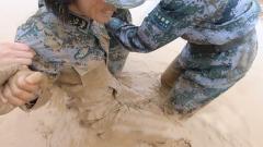 满身泥浆还奋力奔跑 坦克女兵泥潭之中练协同