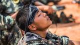 训练间隙,一名特战队员稍作休整。