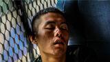 训练结束后,一名特战队员倚靠车窗酣然入睡。