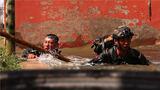 特战队员通过水坑