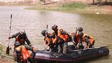 特战队员进行战术操舟训练