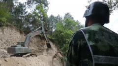 西藏林芝:川藏線部分路段路基垮塌 武警官兵緊急搶通