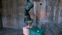 特战队员空中倒立解锁 过程紧张刺激