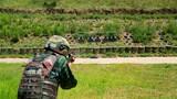 特战队员进行实弹射击。