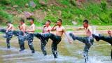 特战队员在河水中进行格斗技能训练。