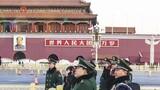 """""""扶智春蕾""""活动时,学生们在天安门广场观看升国旗仪式。作者:李国平 王双战 姜润邈"""