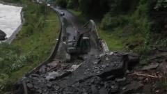 西藏林芝:巨石滚落导致道路中断 武警官兵积极抢通