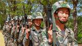 日前,陆军第80集团军某旅根据年度军事训练计划,在胶东半岛某野外驻训场组织实弹射击考核,检验部队前期训练成果,锤炼官兵射击技能。