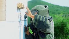"""直击""""生死一线""""排爆现场 特战队员依靠记忆快速拆除炸弹"""