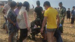 游客中暑晕倒沙滩 武警官兵紧急施救