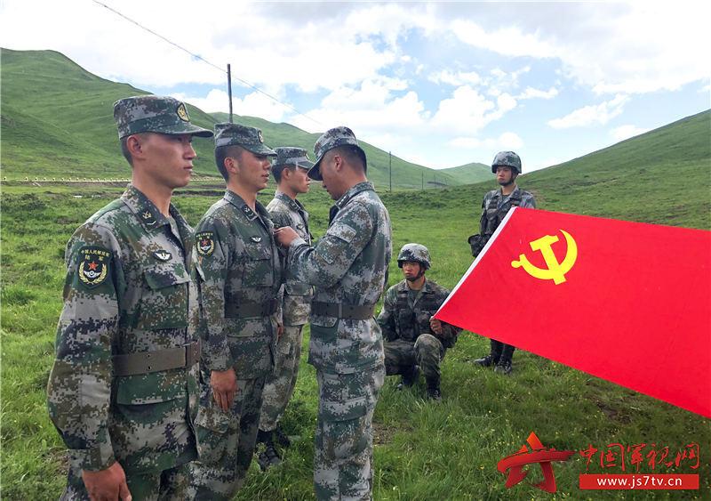 6、骑兵连组织为新党员佩戴党徽