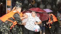 湖南凤凰:暴雨致城市内涝 武警官兵紧急救援