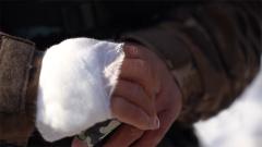 握槍用力過猛致傷口縫的線崩開 這個女兵的話令人既心疼又佩服