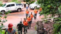 湖南凤凰暴雨引发泥石流 武警官兵紧急救援
