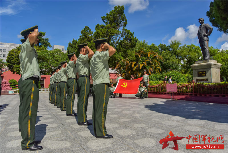 2武警汕尾支队官兵向党旗宣誓。田星 摄