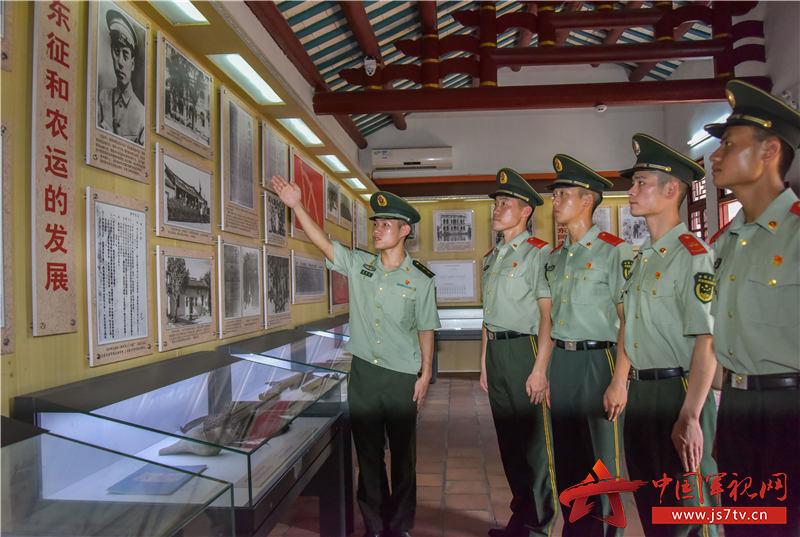 7武警汕尾支队官兵聆听革命事迹。田星 摄 (2)
