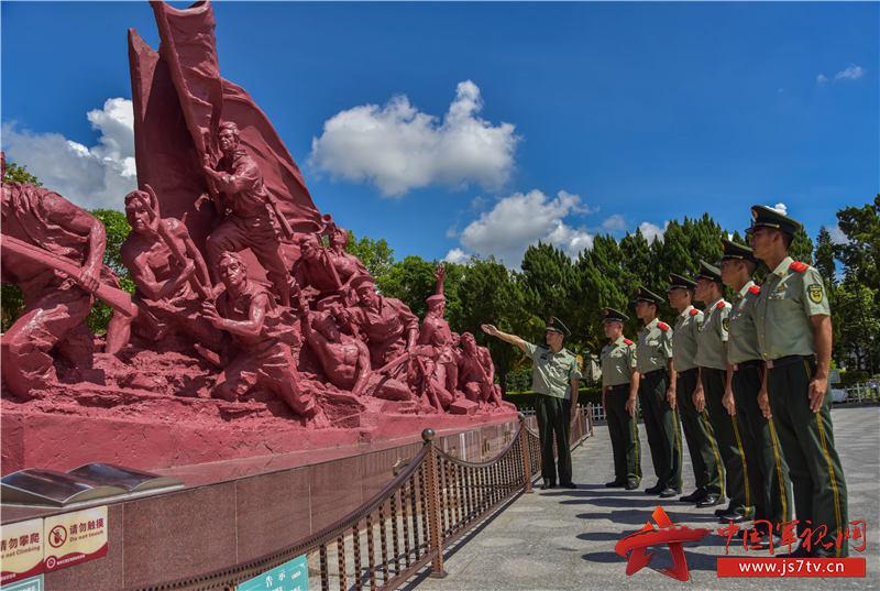 12武警汕尾支队官兵参观红宫红场。田星 摄 (2)