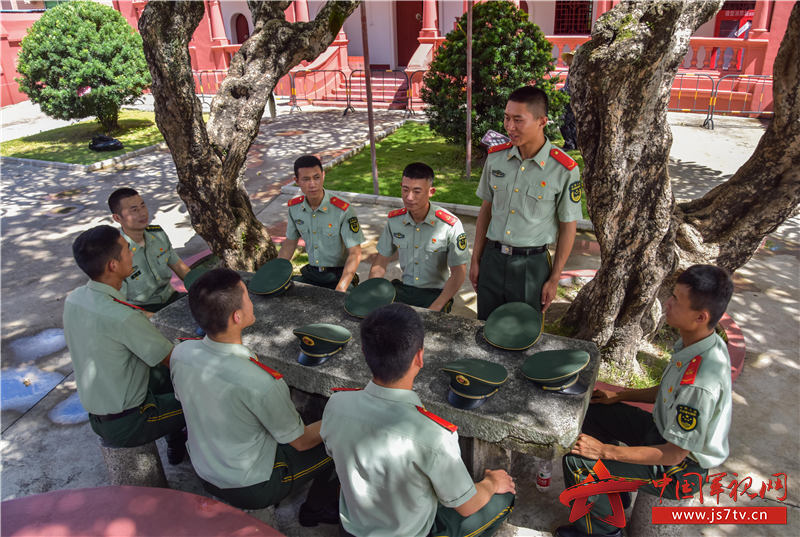 10武警汕尾支队官兵在革命故居开展红色故事会演讲。田星 摄